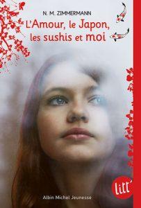 Sur la couverture on y voit une fille regardant au dessus et sur le côté d'elle avec un peu de brouillard et des branches de cerisier dessiné tout autour d'elle.