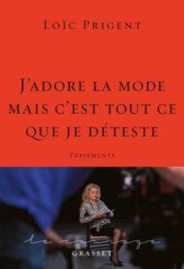 Un livre rouge avec en bas Catherine Deneuve assise et en sous-titre : Pépiements.